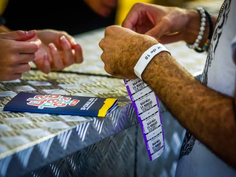 Público utiliza fichas de compras no Lollapalooza