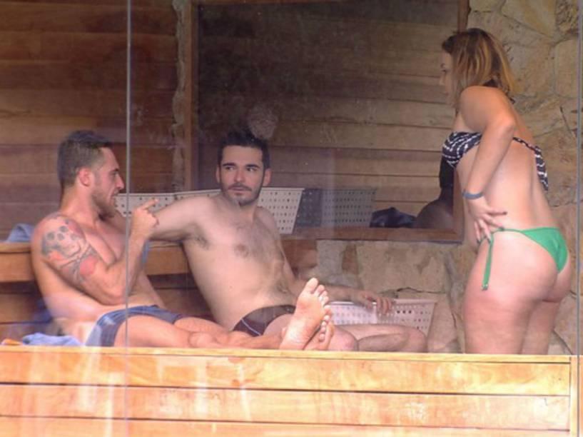 Participantes do BBB16 conversam na varanda