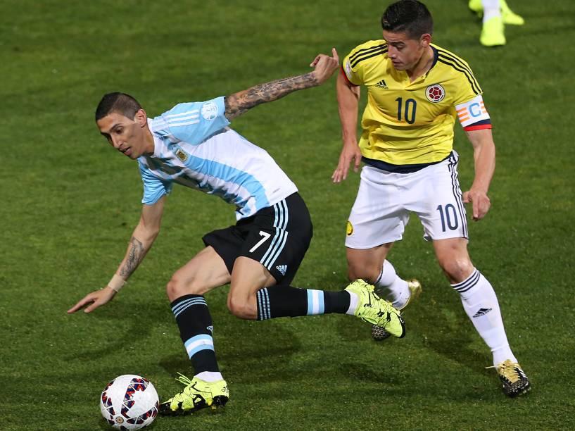 O argentino Ángel Di María divide jogada com o colombiano James Rodríguez