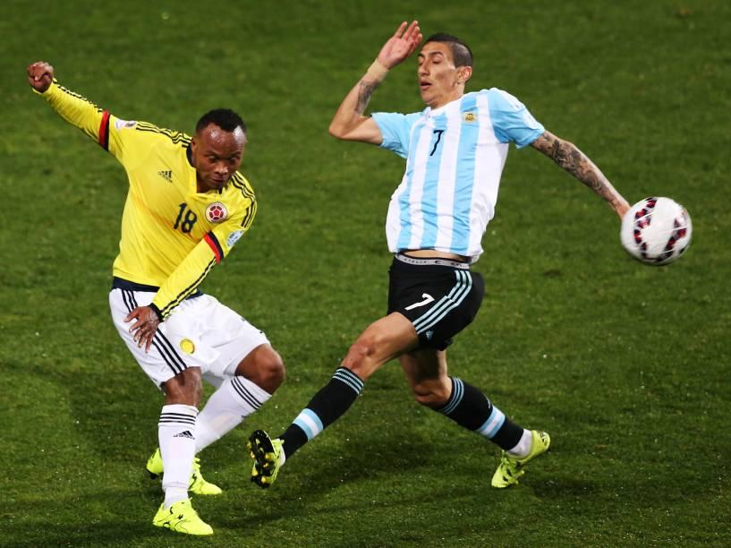 O colombiano Camilo Zuñiga divide jogada com o argentino Ángel Di María