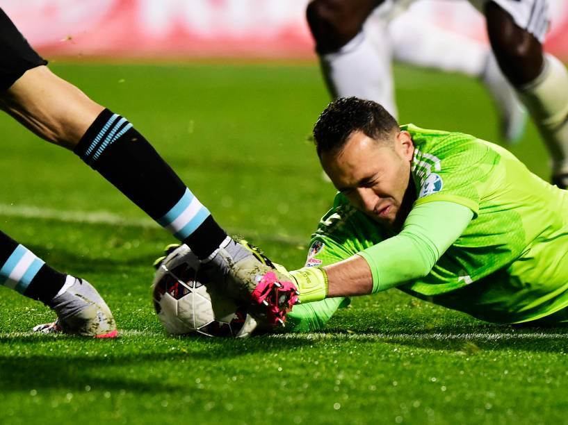 O goleiro colombiano David Ospina se atira para fazer defesa na partida contra a Argentina em Viña del Mar