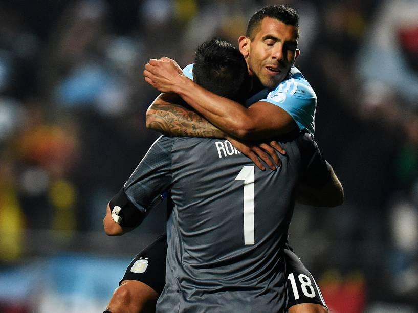 O atacante argentino Carlos Tévez comemora a vitória nos pênaltis contra a Colômbia com o goleiro Sergio Romero