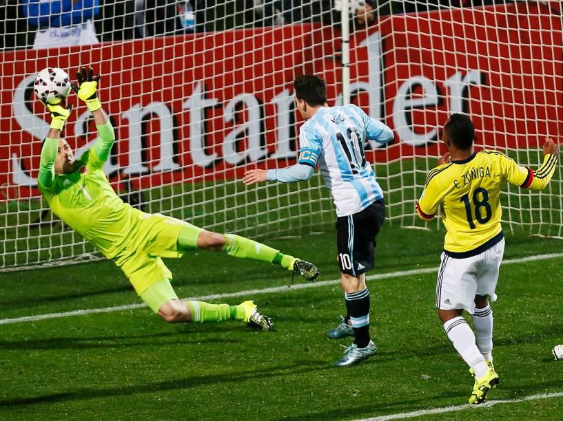 O colombiano David Ospina faz grande defesa em cabeçada do argentino Lionel Messi