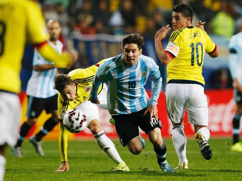 O craque argentino Lionel Messi passa pela marcação dos jogadores colombianos na partida de quartas de final da Copa América em Viña del Mar, no Chile