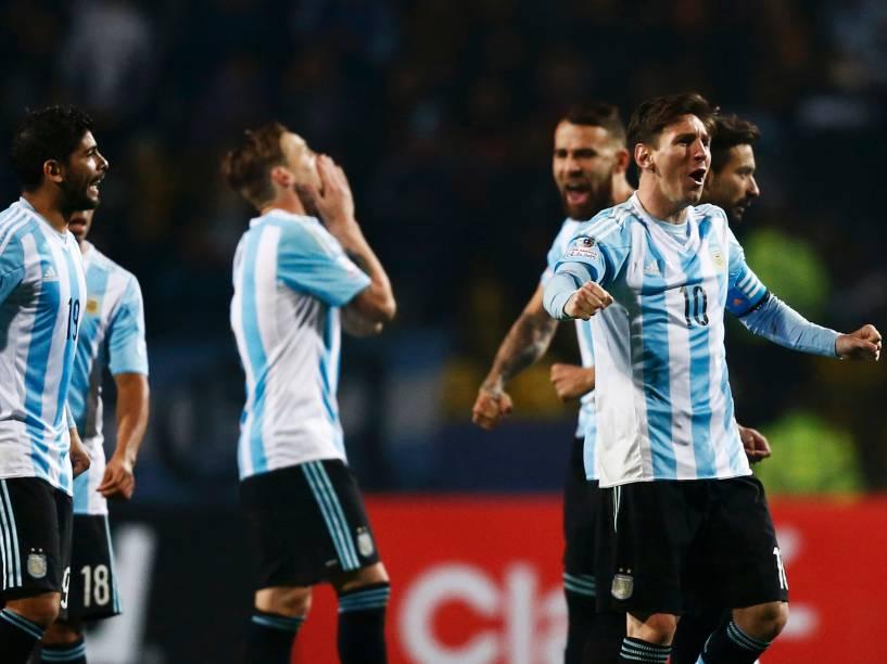 Jogadores argentinos comemoram durante a disputa de pênaltis contra a Colômbia
