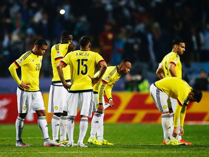 Jogadores colombianos lamentam a eliminação nas quartas de final da Copa América após derrota para a Argentina nos pênaltis