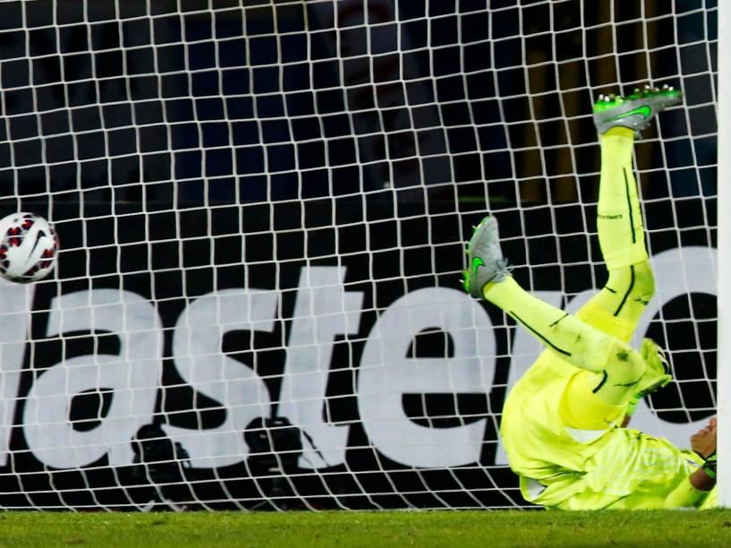 O goleiro uruguaio Fernando Muslera caído após o gol da Argentina marcado por Sergio Agüero