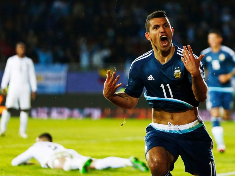 O atacante argentino Sergio Agüero comemora o gol da vitória sobre o Uruguai em partida disputada no Estádio La Portada, em La Serena, no Chile