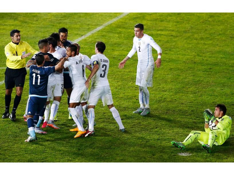 Jogadores de Argentina e Uruguai se envolvem em confusão durante a partida