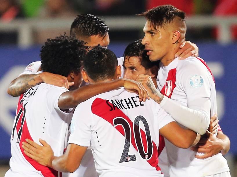 Jogadores do Peru comemoram o gol da vitória sobre a Venezuela em partida disputada na cidade chilena de Valparaíso