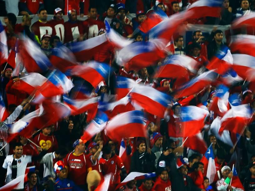 Torcida chilena faz a festa nas arquibancadas do Estádio Nacional em Santiago na semifinal contra o Peru