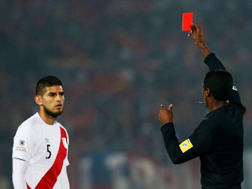 O peruano Carlos Zambrano é expulso na partida contra o Chile