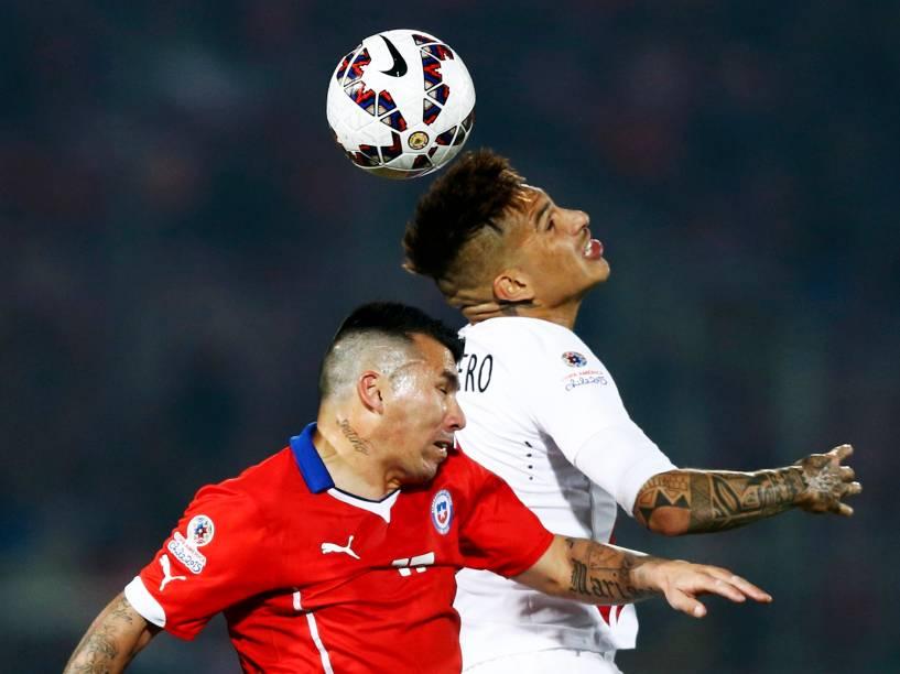 O peruano Paolo Guerrero divide pelo alto com o chileno Gary Medel na semifinal da Copa América