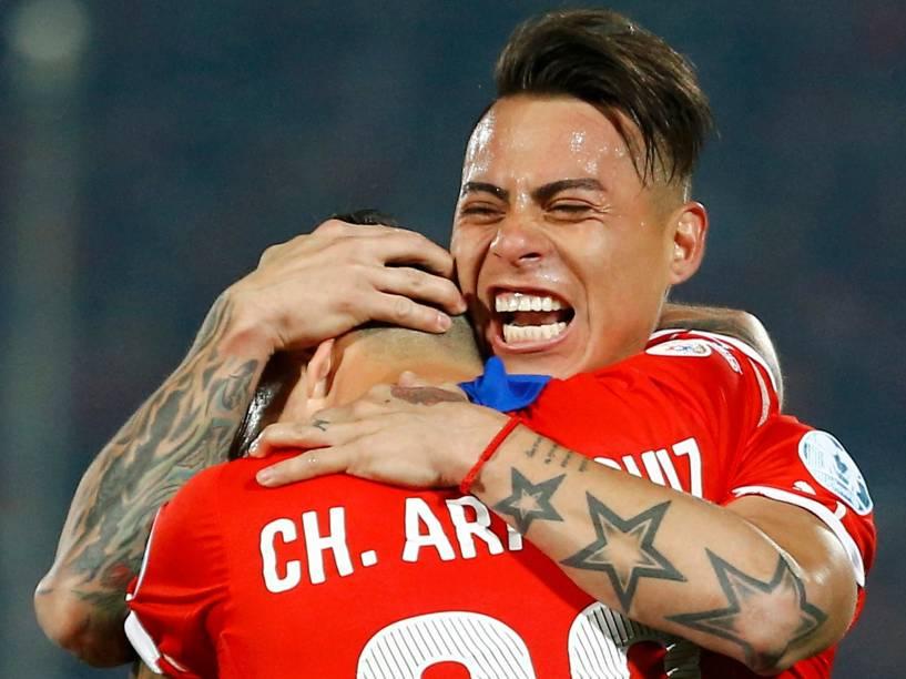 Eduardo Vargas e Charles Aránguiz comemoram gol do Chile na semifinal contra o Peru no Estádio Nacional em Santiago