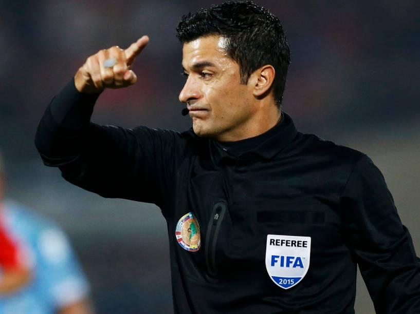 O árbitro brasileiro Sandro Meira Ricci na partida entre Chile e Uruguai válida pelas quartas de final da Copa América