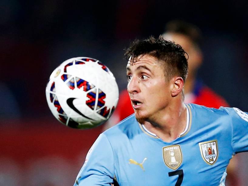O uruguaio Cristian Rodríguez na partida contra o Chile no Estádio Nacional em Santiago