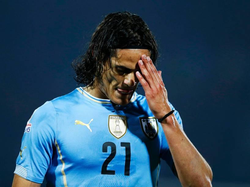O atacante uruguai Edinson Cavani sai cabisbaixo após expulsão nas quartas de final contra o Chile