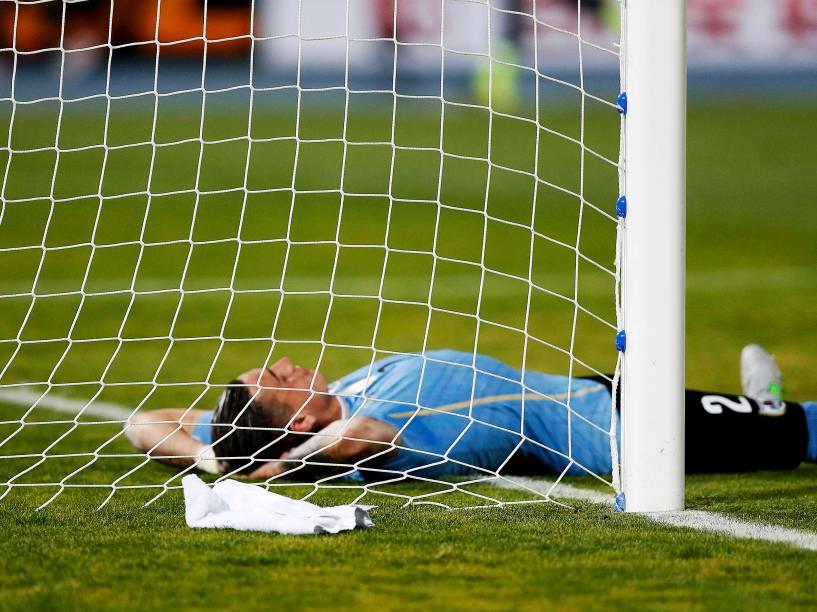 O uruguaio José Giménez lamenta o gol marcado pelo Chile nas quartas de final da Copa América