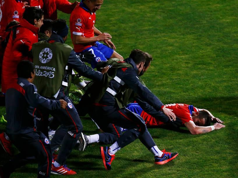 Jogadores chilenos comemoram o gol do zagueiro Isla na vitória sobre o Uruguai no Estádio Nacional em Santiago