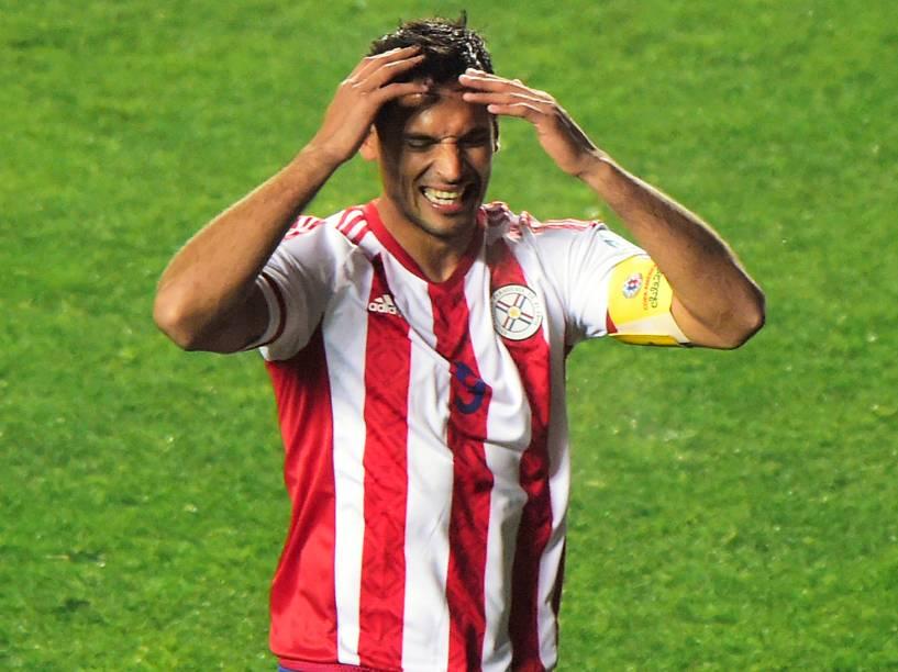 O atacante paraguaio Roque Santa Cruz lamenta chance perdida na semifinal contra a Argentina em Concepción, no Chile