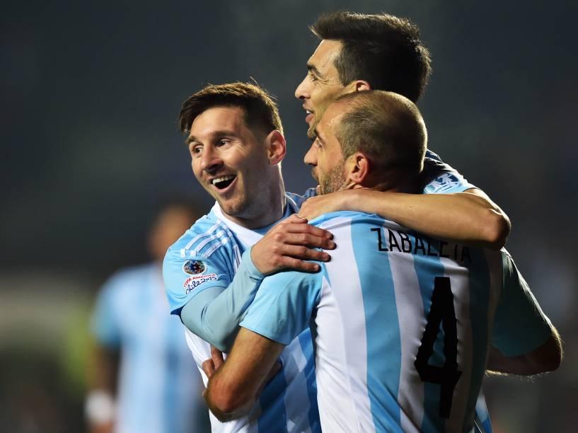 Lionel Messi comemora o gol de Javier Pastore na vitória da Argentina sobre o Paraguai pela semifinal da Copa América em Concepción, no Chile
