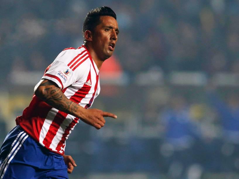 Lucas Barrios comemora o gol de honra do Paraguai na goleada sofrida contra a Argentina na semifinal da Copa América
