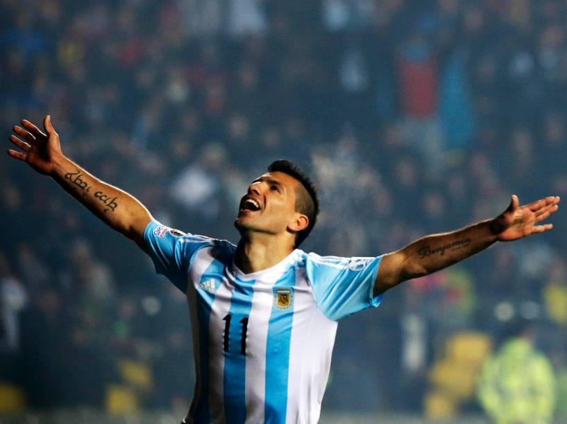 O atacante argentino Sergio Agüero comemora na goleada sobre o Paraguai pela semifinal da Copa América