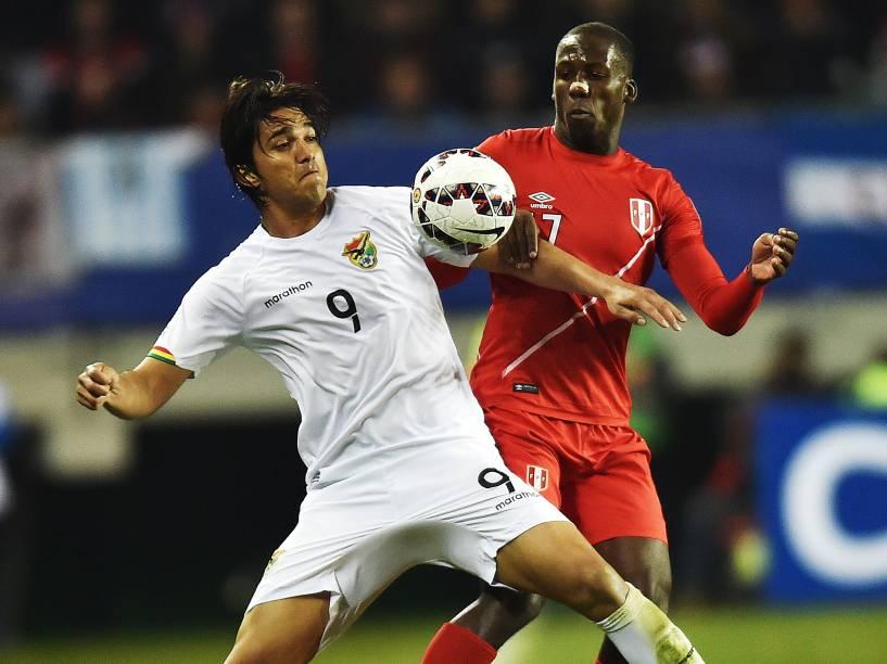 O boliviano Marcelo Moreno disputa jogado com o peruano Luis Advincula nas quartas de final da Copa América em Temuco, no Chile