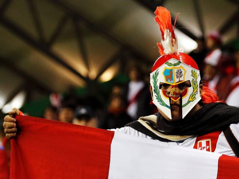 Torcedor peruano na partida contra a Bolívia no Estádio Municipal Bicentenario German Becker em Temuco, no Chile