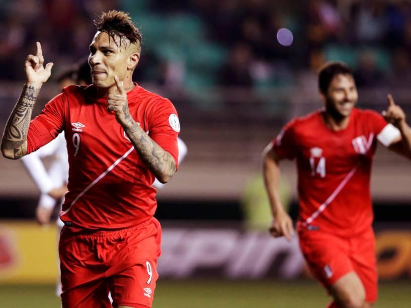 O atacante Paolo Guerrero comemora o gol do Peru na partida contra a Bolívia nas quartas de final da Copa América