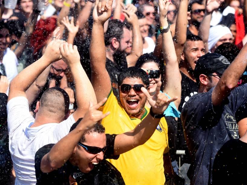 Bombeiros refrescam o público com jato dágua durante o quarto dia de shows do Rock in Rio, na Cidade do Rock, na zona oeste do Rio de Janeiro, nesta quinta-feira (24)