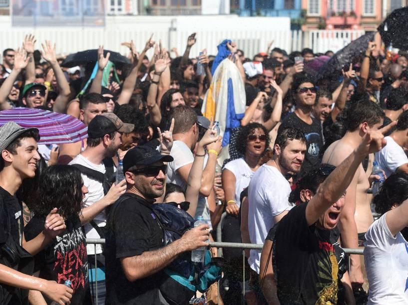 Bombeiros refrescam o público com jato dágua durante o quarto dia de shows do Rock In Rio, em Jacarepaguá na zona oeste do Rio de Janeiro, nesta quinta-feira (24)