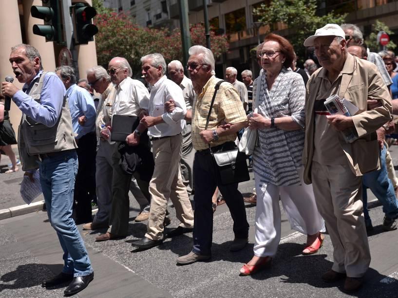 Aposentados andam pelas ruas de Atenas clamando por seus benefícios. O país limitou a retirada de 60 euros por dia nos caixas eletrônicos