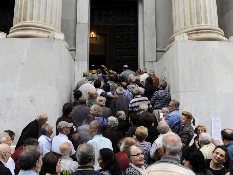 Aposentados aguardam em frente ao Banco Nacional para receber seus benefícios. Cerca de mil bancos pela Grécia abriraram nesta quarta-feira (01) para permitir que os pensionistas recebam uma pequena parcela de seus benefícios