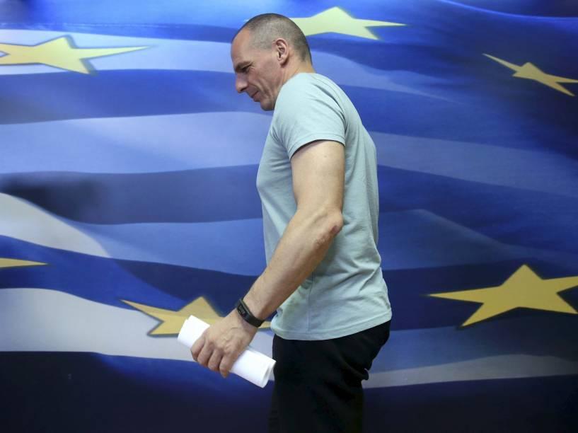 """Yanis Varousfakis chega para uma conferência em Atenas. O ex-ministro das finanças da Grécia renunciou ao cargo após a vitória do """"Não"""" às propostas dos credores"""