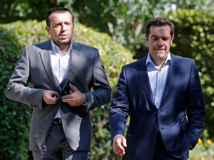 O primeiro-ministro da Grécia, Alexis Tsipras, e o ministro de Estado, Nikos Papas, deixam o palácio presidencial após reunião com líderes de partidos no centro de Atenas, Grécia. Cerca de 61% dos gregos negaram as condições de resgate dos credotes em votação no domingo (5), deixando o futuro do país na zona do euro cada vez mais incerto