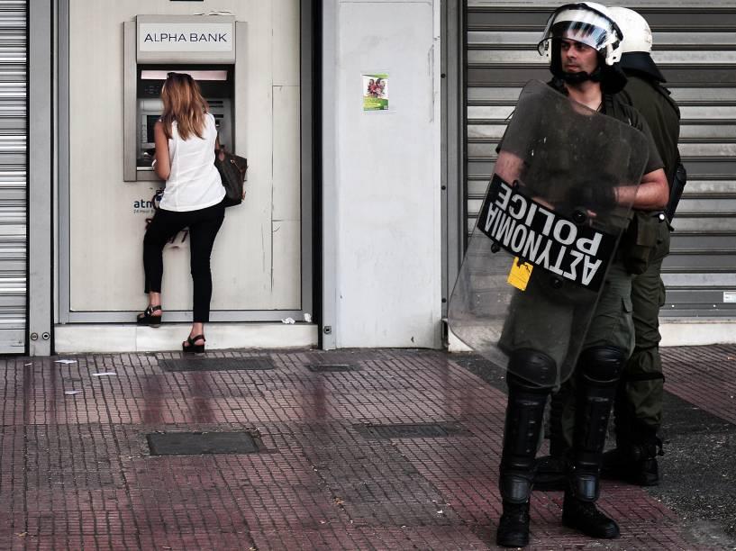 Pesquisa divulgada nesta sexta-feira (3) na Grécia aponta uma ampla maioria a favor do euro