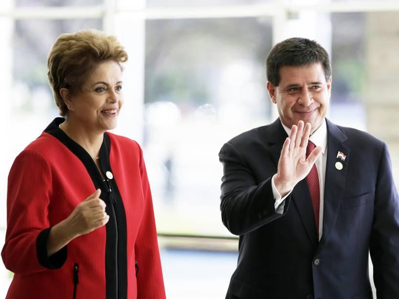 A presidente Dilma Rousseff e o presidente do Paraguai, Horacio Cartes, acenam para fotógrafos durante a cerimônia de boas-vindas da Cúpula do Mercosul, no Palácio do Itamaraty, Brasília