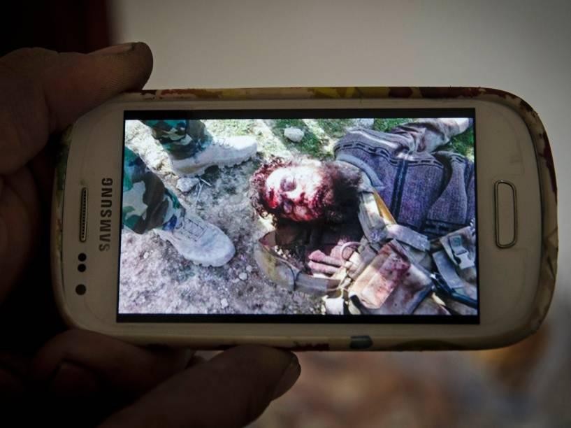 Soldados curdos compartilham fotos de jihadistas mortos do Estado Islâmico como troféus de guerra
