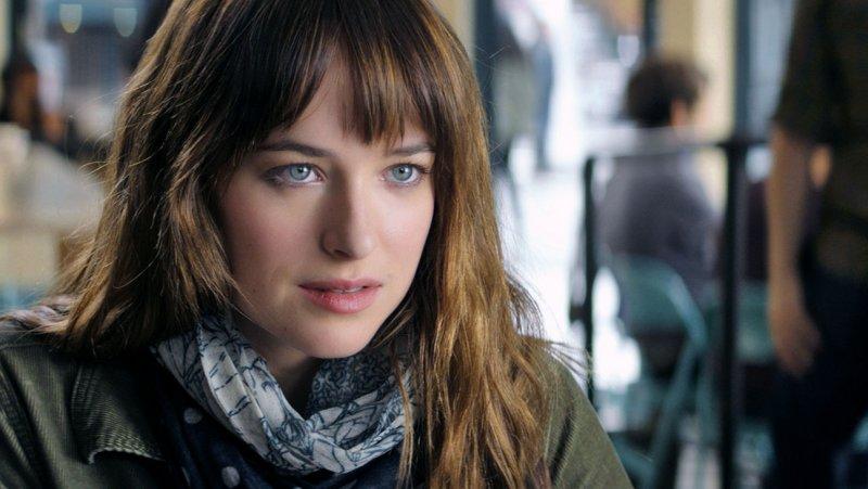 Anastasia Steele (Dakota Johnson) em cena do novo trailer de Cinquenta Tons de Cinza