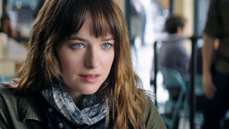 Anastasia Steele (Dakota Johnson) em cena do novo trailer de Cinquenta Tons de Cinza