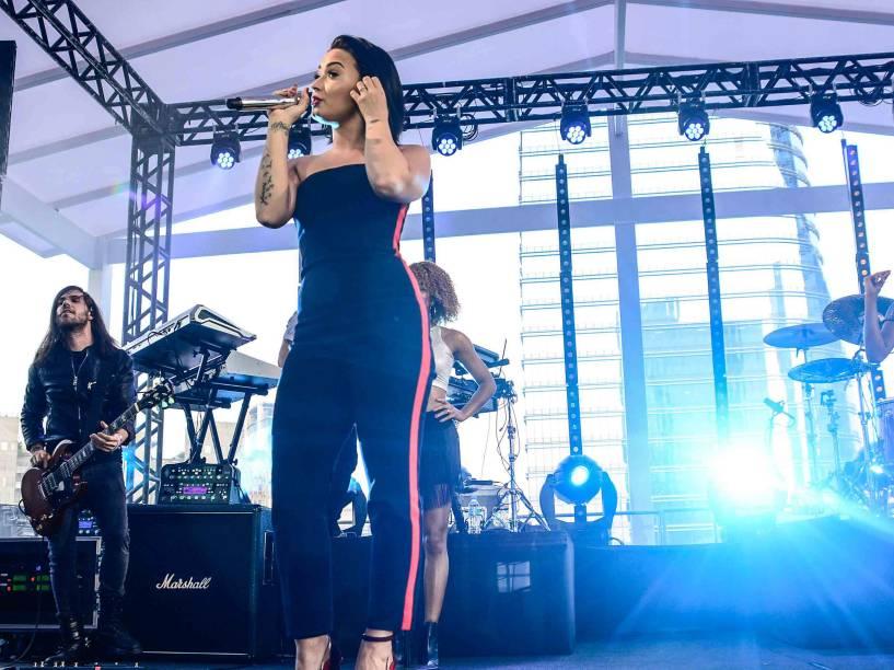 Demi Lovato faz show em terraço de shopping em São Paulo