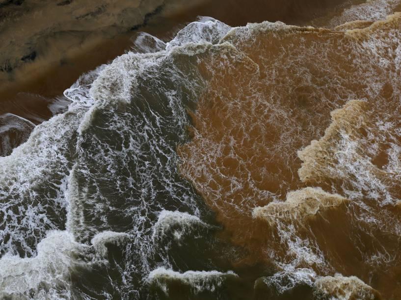 Lama que inundou o Rio Doce após rompimento de barragem da Samarco é vista no mar de Espírito Santo