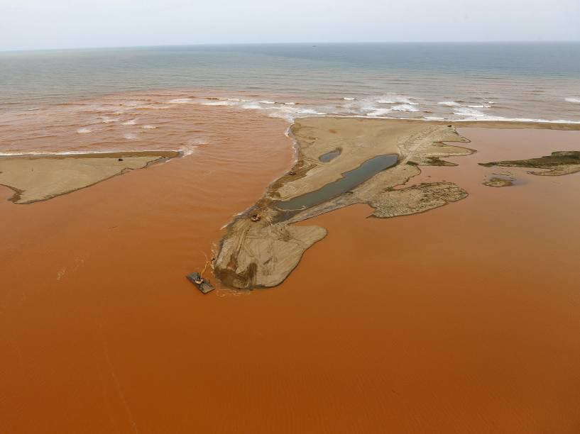 Lama de rejeitos vinda da barragem da Samarco chega ao mar no Espírito Santo