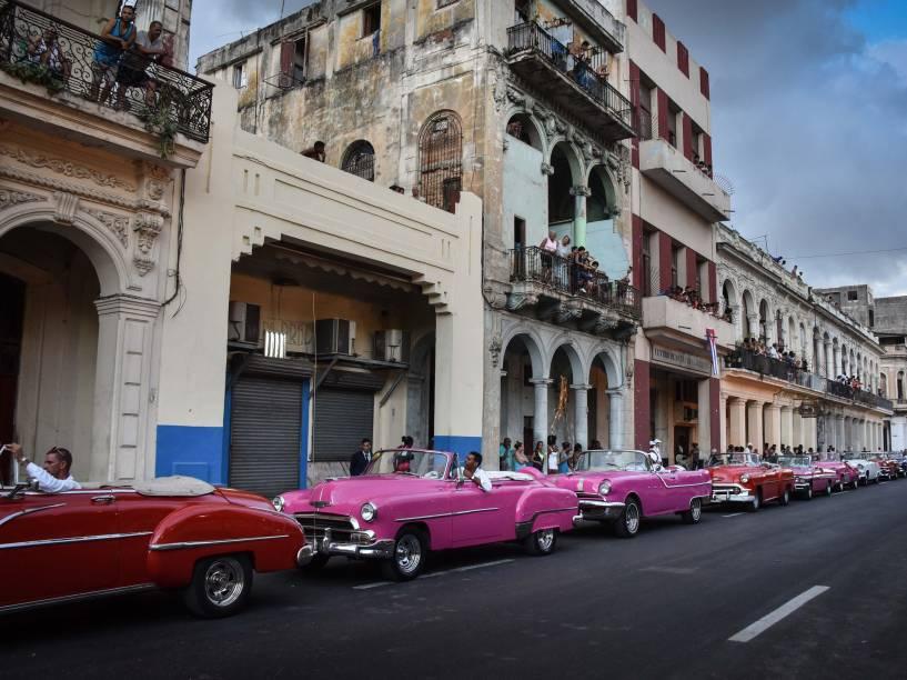 Cidadãos cubanos tentam acompanhar de suas casas o desfile da Chanel em Havana - 03/05/2016<br><br>