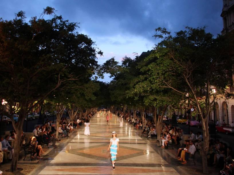 Modelos apresentam criações do designer alemão Karl Lagerfield durante desfile da Chanel, na rua Paseo del Prado em Havana, Cuba - 03/05/2016