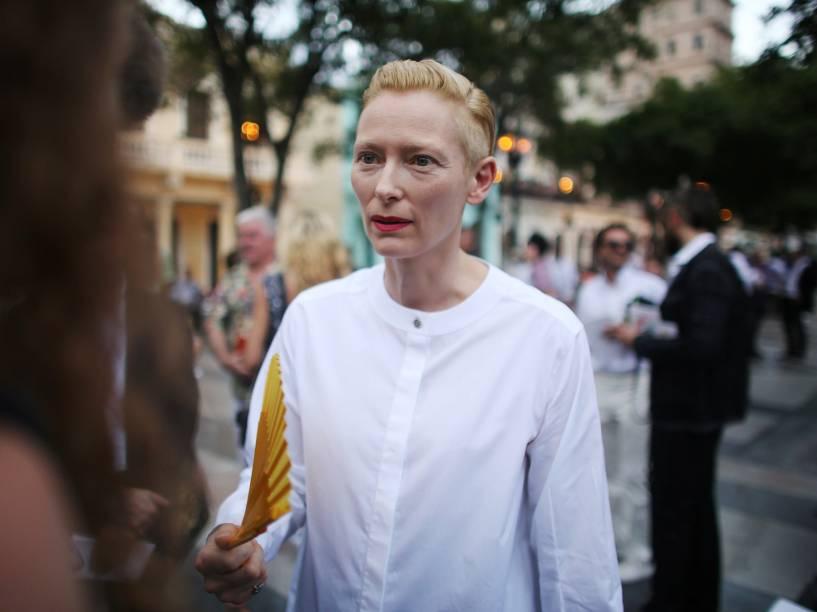 A atriz Tilda Swinton fala aos jornalistas antes do desfile com as criações do designer alemão Karl Lagerfeld em Havana, Cuba - 03/05/2016