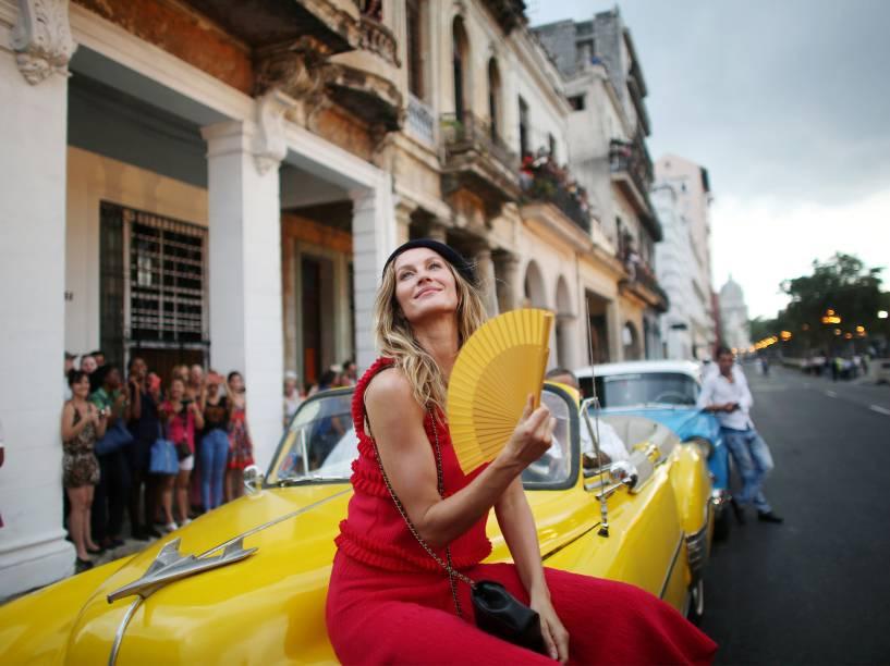 A top model brasileira Gisele Bündchen posa para fotos antes do desfile da Chanel com criações do designer alemão Karl Lagerfield, em Havana, Cuba - 03/05/2016