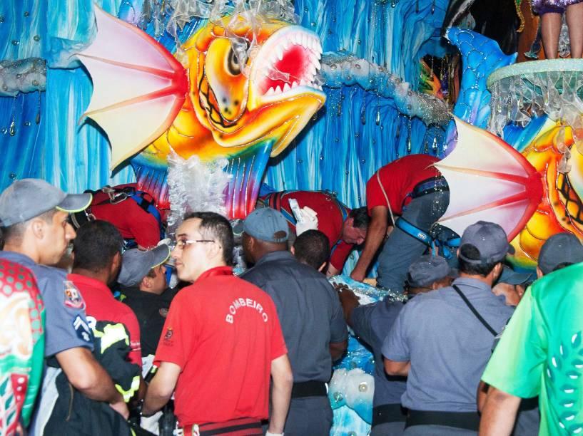 Destaque cai de uma altura de aproximadamente três metros de altura de carro alegórico antes do Desfile da Escola de Samba X-9 Paulistana válida pelo Grupo Especial, no Sambódromo do Anhembi em São Paulo (SP), neste domingo (07)
