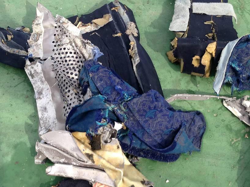 Exército do Egito divulga parte dos destroços recuperados no mar Mediterrâneo e que seria do voo MS804 da EgyptAir- 21/05/2016